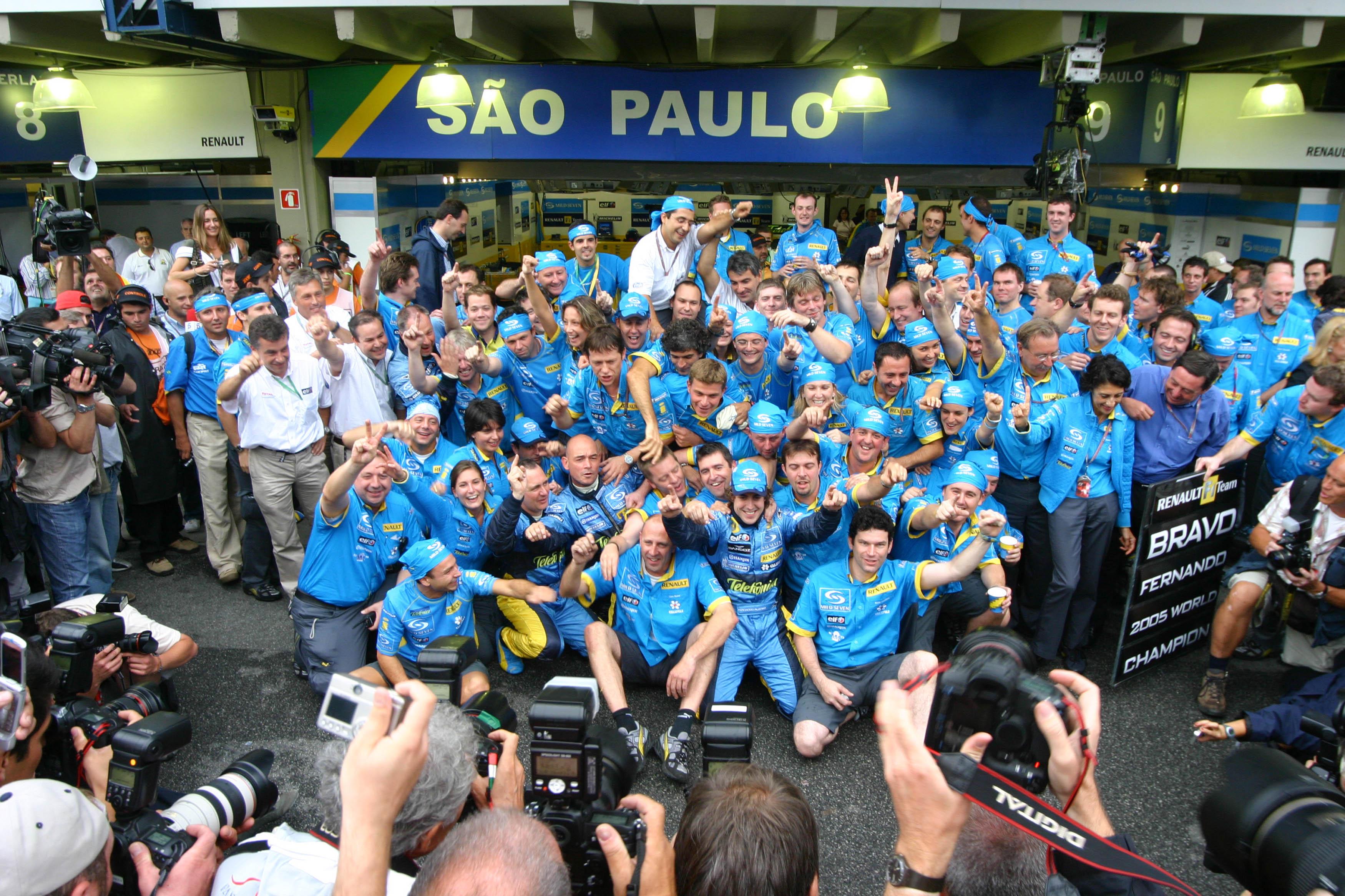 Fernando Alonso wins 2005 F1 title